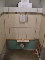 WC-lehúzó - Végül a helyére került, a maradék eltérést a műanyag szerelvénnyel korrigáltuk.